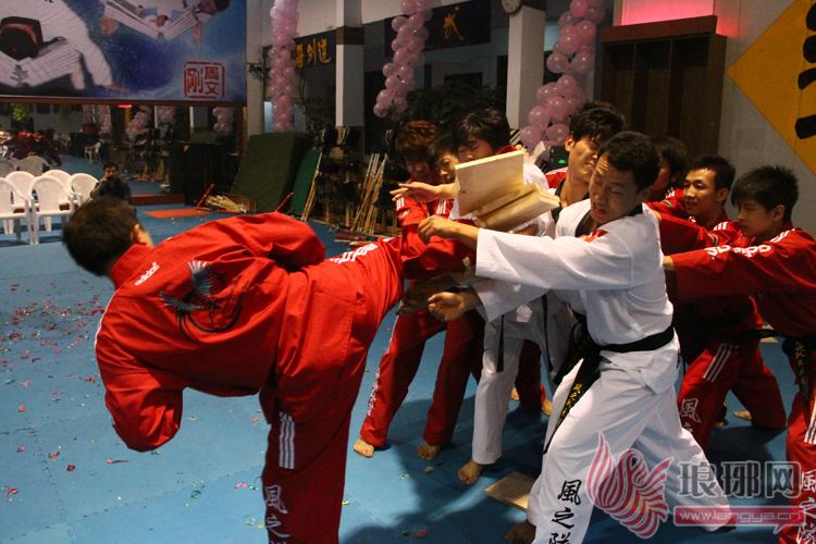 """9月28日,有""""中国跆拳道特技第一人""""之称的周文刚教练带领特技表演""""风之队"""",向大家展示了一场别开生面的跆拳道特技表演。""""风之队""""的教练员及学员向大家展示了包括""""品势表演太白、十进""""、""""个人特技""""、""""双节棍""""、""""各人技""""、""""品势太极八章、高丽""""、""""特技""""、及""""个人威力&rdq"""